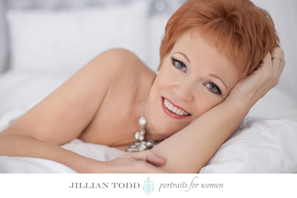boudoir-photo-shoot-in-the-sheets-smile