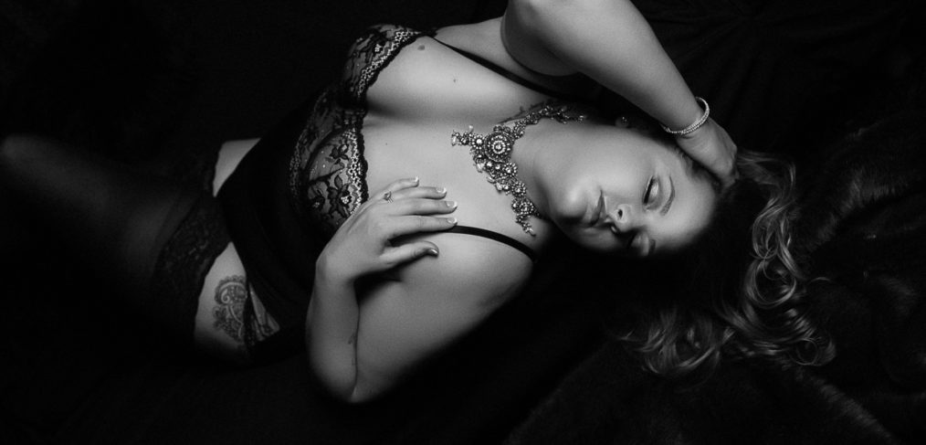 boudoir-pictures-sexy-black-and-white